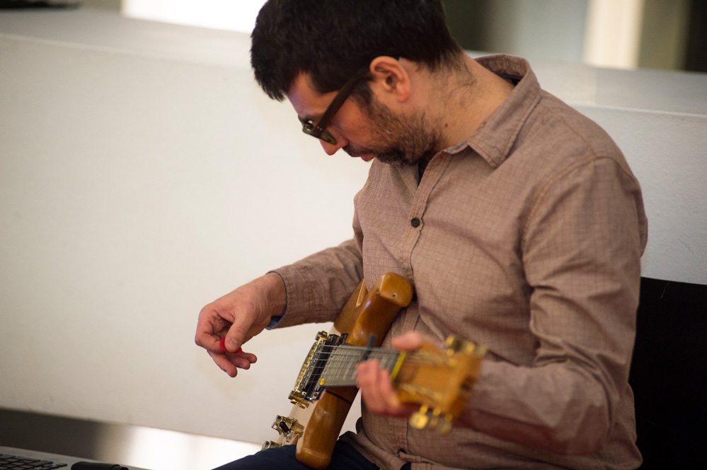 Chalkboard: Ferran Fages – Performance amb guitarra elèctrica