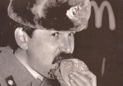 Alán Carrasco. A Soviet militiaman eats a McDonald's hamburger in Moscow