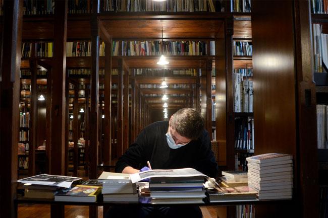 Visita amb Jaro Varga a la Biblioteca de la Fundació Antoni Tàpies